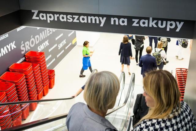 ZAROBKI KASJERÓW 2021Zarobki kasjerów w dyskontach są coraz bardziej atrakcyjne. Największe sieci handlowe w Polsce wciąż rekrutują a zarobki pracowników dyskontów rosną w błyskawicznym tempie. Sklepy takie jak Biedronka, Lidl czy Kaufland walczą o pracownika, kusząc coraz wyższymi pensjami i nowymi benefitami. Ile zarabiają kasjerzy w najpopularniejszych sklepach w Polsce? Sprawdziliśmy.Poznaj stawki na kolejnych slajdach >>>>>