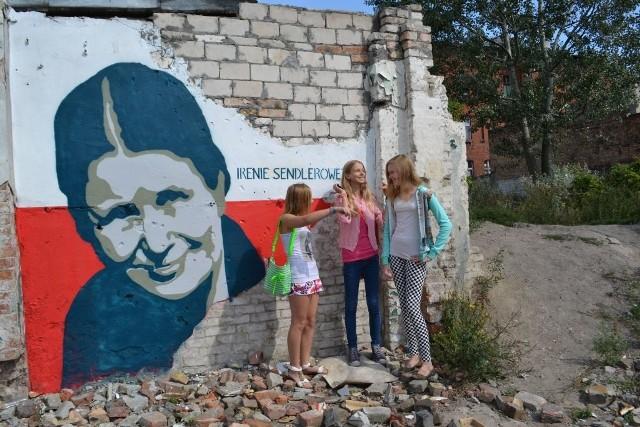 Wiele dzieci z pobliskich grudziądzkichkamienic spontanicznie wzięło udział w tworzeniu portretu Ireny Sendlerowej. Kolejny obraz ma powstać w Warlubiu.