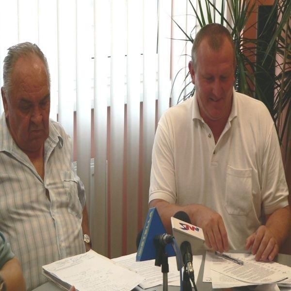 Prezes Stali Stalowa Wola, Leszek Kaczmarski (z prawej) i członek zarządu, Jerzy Lompe, mają powody do zadowolenia. Współpraca z miastem znowu stała się możliwa.