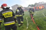 Wielki pożar hali magazynowej z materacami w Mąkoszycach koło Ostrzeszowa. Z ogniem walczyło 14 zastępów straży pożarnej