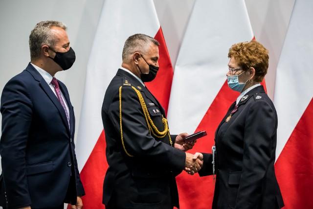 Jako pierwsza Złoty Krzyż Zasługi odebrała Teresa Dropinska z OSP Więcbork. Pełna lista odznaczonych osób pod kolejnym zdjęciem