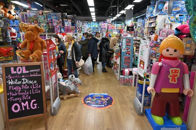 Sklepy z zabawkami były we wtorek, 3 grudnia oblężone.Przed nami Mikołajki 2019, czyli pierwsza grudniowa okazja do obdarowania prezentami, szczególnie najmłodszych. We wtorek, 3 grudnia w kieleckich sklepach z zabawkami było mnóstwo ludzi, którzy próbowali wybrać coś wyjątkowego dla swoich dzieci. Pracownicy sklepu Galerii Zabawek w Galerii Echo w Kielcach zdradzili nam, co jest w tym roku najpopularniejsze.  Zobaczcie nasze propozycje! Prezentujemy TOP 10: prezenty na mikołajki.Więcej zdjęć na kolejnych slajdach. Przed nami Mikołajki 2019, czyli pierwsza grudniowa okazja do obdarowania prezentami, szczególnie najmłodszych. We wtorek, 3 grudnia w kieleckich sklepach z zabawkami było mnóstwo ludzi, którzy próbowali wybrać coś wyjątkowego dla swoich dzieci. Pracownicy sklepu Galerii Zabawek w Galerii Echo zdradzili nam, co jest w tym roku najpopularniejsze.  Zobaczcie nasze propozycje! Prezentujemy TOP 10: prezenty na mikołajki.