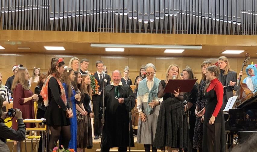 Koncert przygotowała Ludmiła Zawadzka (z prawej). Uczniów wsparli Joanna Radaczyńska (w środku) i Piotr Szafors.