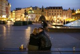 Kraków. Wymarłe centrum miasta po zmroku. Światło tylko w nielicznych oknach kamienic [ZDJĘCIA]