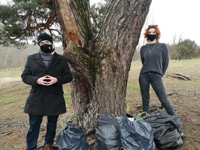 Śmieci sprzątali m.in. Anna Sobieraj i Paweł Ferensztajn.