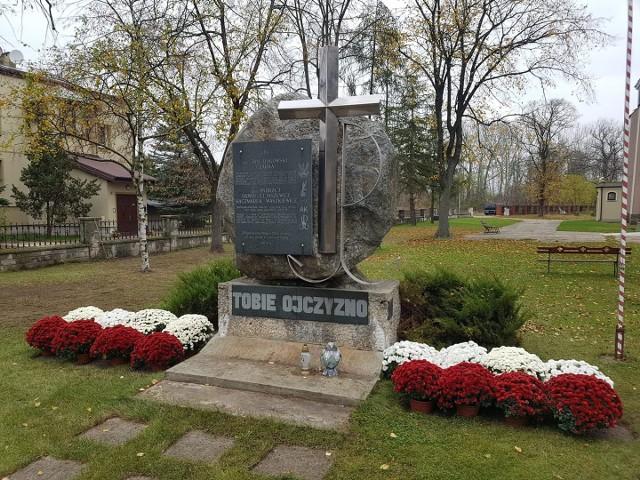 Przy pomniku, na placu kościelnym w Białobrzegach ustawiono białe i czerwone chryzantemy.