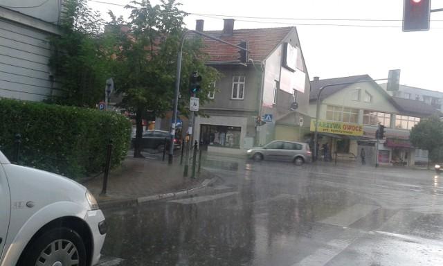 W niedzielę, tuż przed południem, nad Wadowicami przeszła potężna burza, której towarzyszyły intensywne opady deszczu.