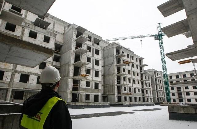 Mieszkania na rynku pierwotnym w Rzeszowie po ok. 4700 za 1 mkw.Deweloperzy budują nowe domy i zmieniają Rzeszów. Nowe budynki mają ciekawą architekturę, są lepiej zaprojektowane i budowane solidnie, w większości z materiałów wysokiej jakości