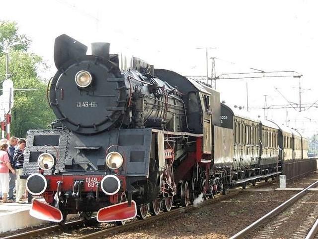 Parowozy serii Ol49, które ciągną pociągi w stylu retro były budowane w pierwszej połowie lat 50. ub. wieku w Fabryce Lokomotyw w Chrzanowie. Na zdjęciu piękna lokomotywa tej serii na stacji PKP w Inowrocławiu w sierpniu 2014 r.