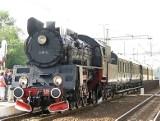 Pociąg z  zabytkowym parowozem Ol49 na stacji PKP w Inowrocławiu. Sentymentalny przejazd w stylu retro. Tak było kilka lat temu [zdjęcia]