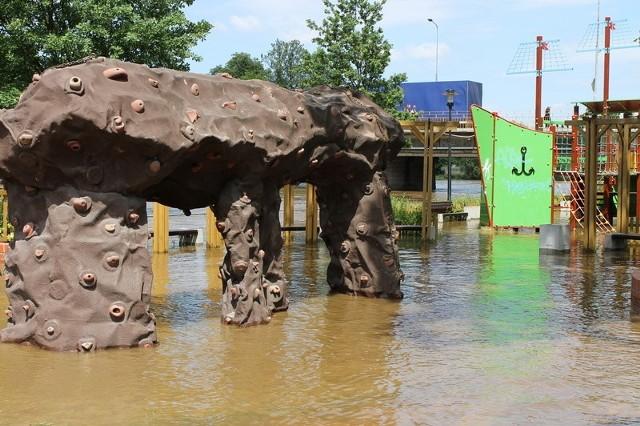 - Gdy tylko woda opadnie, przeprowadzimy tam kontrolę - zapowiada Jacek Stępień, powiatowy inspektor sanitarny w Żaganiu. - Z całą pewnością trzeba będzie wymienić piasek w piaskownicy, a urządzenia do zabawy wymyć i zdezynfekować.