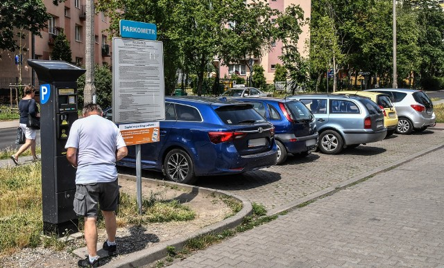 Na razie na dotychczas płatnym parkingu można zostawiać samochody za darmo.