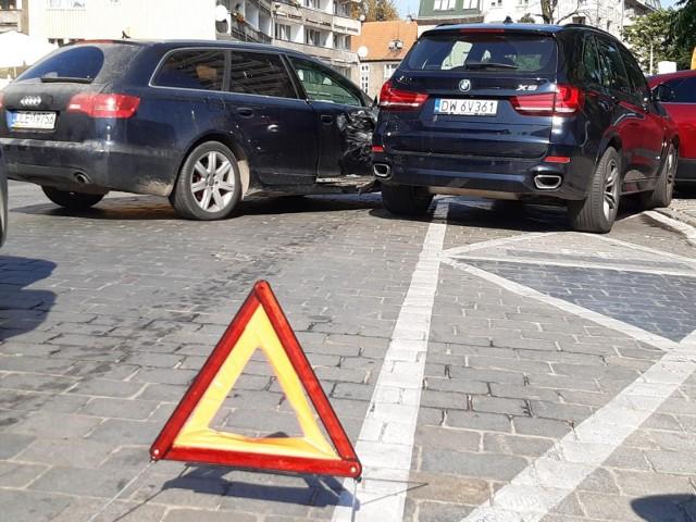 Jeszcze w tym roku kierowców czekają spore zmiany. Za wykroczenia i przestępstwa popełnione za kierownicą będą zdecydowanie wyższe kary. Mowa nie tylko o mandatach, ale też o konfiskacie auta. Ministerstwo Sprawiedliwości zapewnia, że prace nad tym projektem są już na finiszu. Nieoficjalnie mówi się też o nowym mandacie za stłuczki na parkingach.Czytaj dalej. Przesuwaj zdjęcia w prawo - naciśnij strzałkę lub przycisk NASTĘPNEPOLECAMY RÓWNIEŻ:Gigantyczne kary za łamanie przepisów drogowych! Nowa ustawa już przyjętaKujawsko-Pomorskie. Tanie samochody od komornika! Oto zdjęcia. SIERPIEŃ 2021
