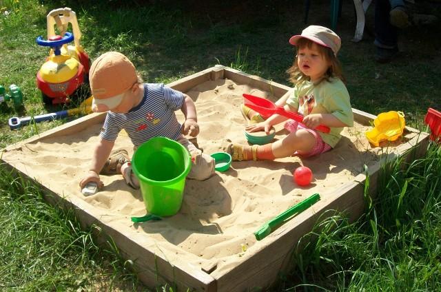 Piaskownica w przydomowym ogrodzieCztery deski i kilka worków piasku i zabawa gotowa.