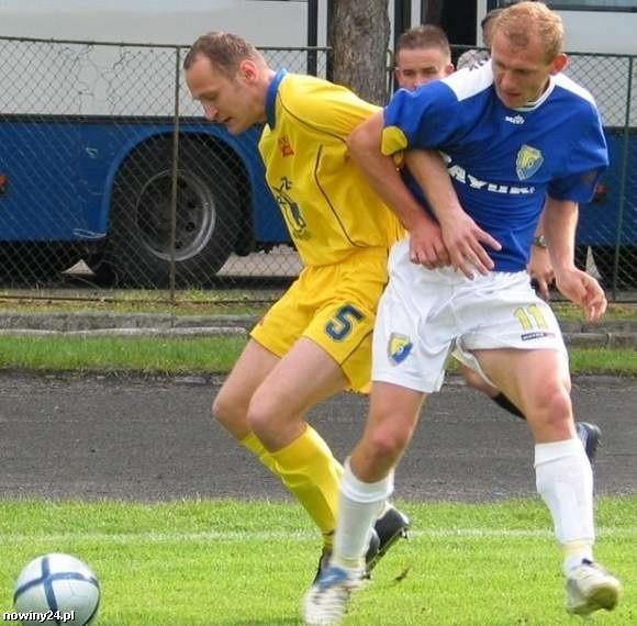 Stal Sanok (biało-niebieskie stroje) w sparingu zremisowali z Orłem 1-1.