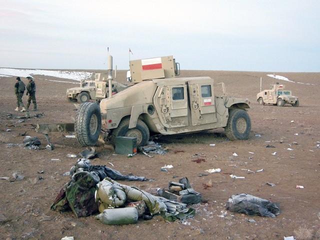 Polski hummer po wybuchu ładunku w Afganistanie. Ranni zostali nasi żołnierze. To codzienne niebezpieczeństwo na misjach.
