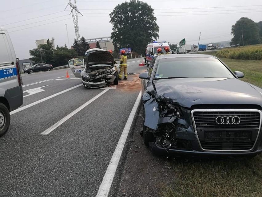 Dwa samochody osobowe zderzyły się po godz. 9 w Makowiskach, w gm. Solec Kujawski, na DK nr 10. Dyżurny PSP w Bydgoszczy zgłoszenie o wypadku odebrał o godz. 9.21.  Na miejscu jest karetka. Jedna osoba jest poszkodowana. Kierowca jednego z aut z obrażeniami głowy został zabrany do szpitala. W miejscu wypadku są utrudnienia w ruchu - pas w stronę Torunia jest zablokowany.
