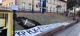 Opole. Akcja ekologów przed siedzibą PKP PLK. Transparenty i rozkopany trawnik. Chodzi o wycinkę drzew na Pasiece