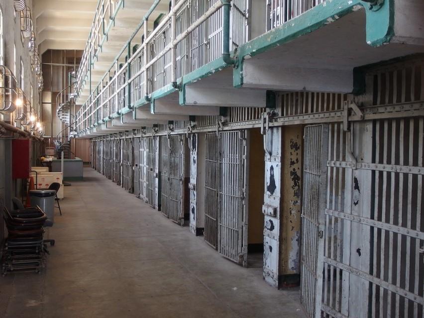 Funkcjonariusze służby więziennej...