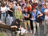 """W Sandomierzu proklamowano Światowy Dzień NieZwykłości. Ustanowiono rekord w jednoczesnym śpiewaniu piosenki """"Lubmy się trochę"""" [WIDEO]"""