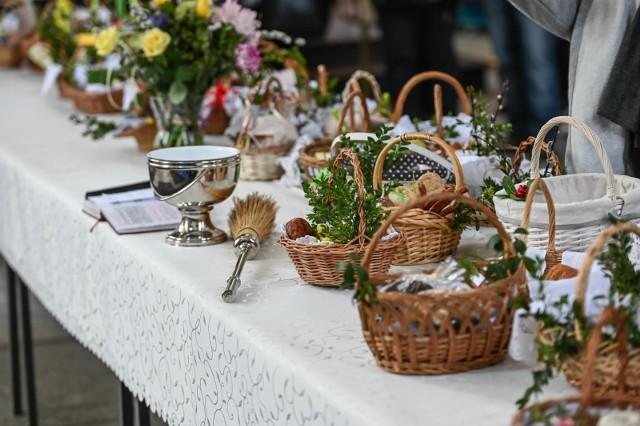 Wielkanoc 2021 wypada w tym roku 4 kwietnia. Choć święcenie pokarmów stanowi jedną z głównych tradycji Świąt Wielkanocnych, co roku wielu Polaków poszukuje w Internecie odpowiedzi na pytanie: co włożyć do koszyka? Co powinno się w nim znaleźć? Przychodzimy z pomocą. Przypominamy, co symbolizuje święconka oraz jakie produkty należy włożyć do koszyka wielkanocnego. Zobaczcie, o jakich pokarmach powinniśmy pamiętać. Warto zauważyć, że wygląd święconki różni się w zależności od regionu, są jednak pewne produkty, które umieszcza się w koszyku wielkanocnym niezależnie od tego, gdzie mieszkamy.