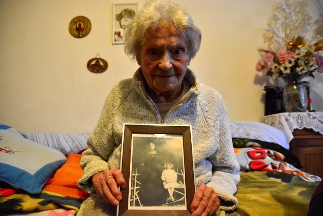 Pani Jadwiga skończyła właśnie 110 lat. W rękach trzyma fotografię, na której jest razem z mamą
