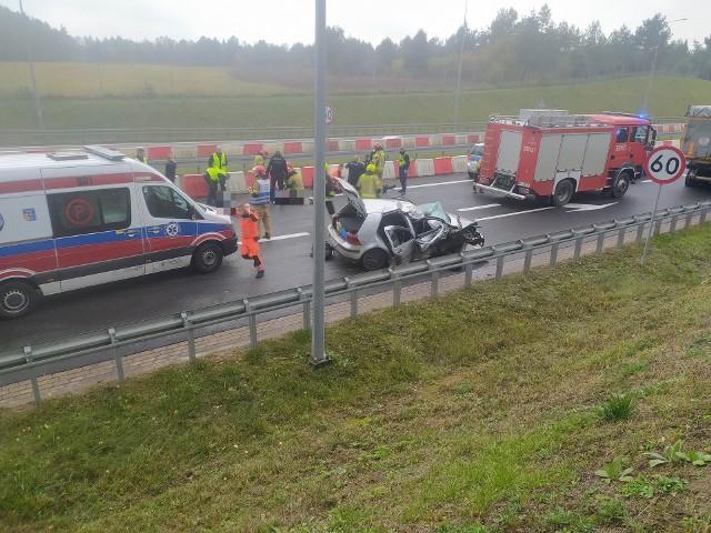 Sochonie. Wypadek na DK19 przed wjazdem na DK8. Golf wbił się w barierki i uderzył w ciężarówkę. Jedna osoba nie żyje, trzy są ranne