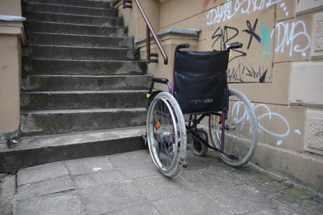 Młoda kobieta szukała mieszkania do wynajęcia. Napotkała jednak... schody.