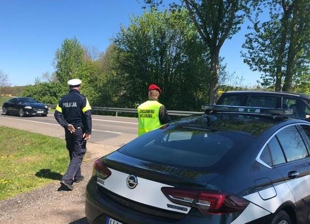 1 wypadek drogowy, 23 kolizje, 97 przekroczeń prędkości (w tym 5 o ponad 50 km/h więcej w obszarze zabudowanym), 3 nietrzeźwych kierujących, 2 z zakazem prowadzenia pojazdów oraz blisko 200 interwencji wobec tych, którzy lekceważyli obowiązek zasłaniania ust i nosa - tak przedstawiają się wyniki pracy słupskich policjantów, którzy wspólnie z funkcjonariuszami żandarmerii wojskowej dbali o bezpieczeństwo mieszkańców w okresie świątecznym.