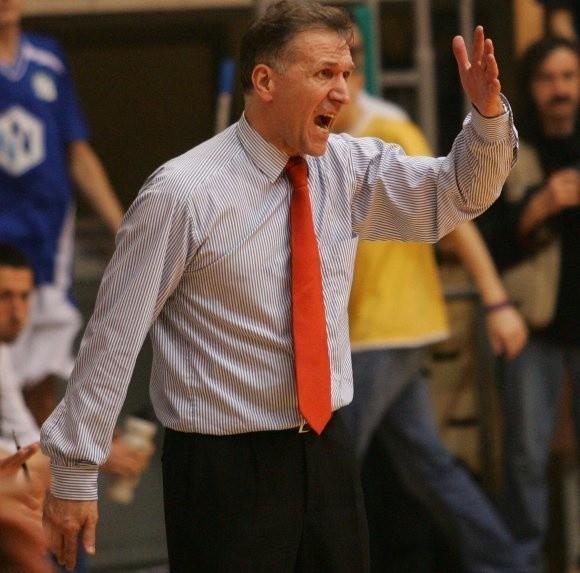 Szkoleniowiec koszykarzy AZS Szczecin Zbigniew Majcherek to bardzo impulsywny trener. Oby to nie odbiło się na jego zdrowiu.