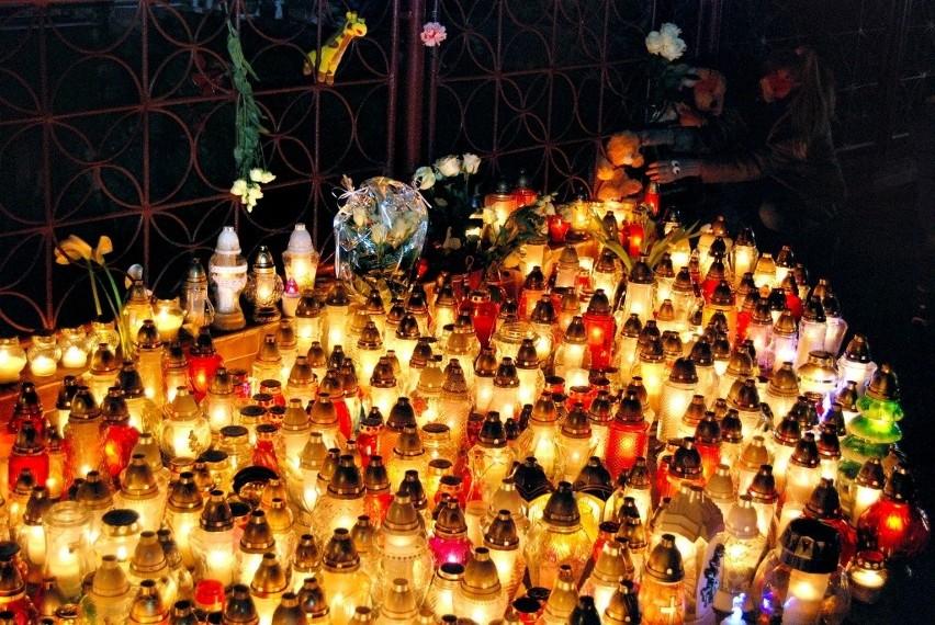 """Już w nocy z piątku na sobotę przed budynkiem przy ul. Piłsudskiego 88, gdzie działał escape room, w którym doszło do tragicznego w skutkach pożaru, pojawiły się pierwsze znicze. Z każdą godziną jest ich coraz więcej.W geście solidarności, w ciszy, w modlitwie, a czasem z płaczem pytając: """"dlaczego?"""" – koszalinianie jednoczą się w bólu z rodzinami ofiar piątkowej tragedii. – Pięć rodzin straciło córki. Młode dziewczęta, które miały przed sobą całe życie. To wstrząsająca tragedia – powiedział nam 42-letni mężczyzna, który przyszedł zapalić znicz. – Sam jestem ojcem. Moje dzieci kiedyś proponowały, by odwiedzić podobne miejsce. Może w ferie. To, co tu się stało, nie mieści mi się w głowie... – dodał.- Nastolatki były w pokoju same. Czy nie ma żadnych regulacji podobnych miejsc? – pytała nauczycielka z Koszalina. Pytań jest wiele. Trwające śledztwo prokuratury pozwoli w ciągu najbliższych dni odpowiedzieć na wiele z nich.Czy właściciele innych escape roomów w Polsce biorą odpowiedzialność za bezpieczeństwo swoich klientów, czy zapewniają drogi ewakuacji – zweryfikować to mają trwające kontrole."""
