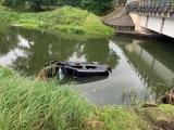Auto wpadło do rzeki niedaleko Drawska Pomorskiego. Pojazdem podróżowały dwie osoby