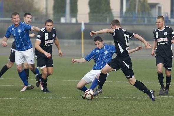 Stal Rzeszów (niebiesko-białe stroje) wygrała w Tarnobrzegu 1-0.