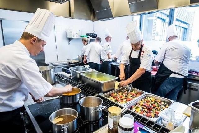 Odmrożona gastronomia cieszy się z klientów, ale i potrzebuje znów rąk do pracy. To dobry znak. Które lokale w Toruniu i okolicy szukają pracowników? Jakie warunki im proponują? Oto konkretne oferty.WIĘCEJ SZCZEGÓŁÓW NA KOLEJNYCH STRONACH >>>>>