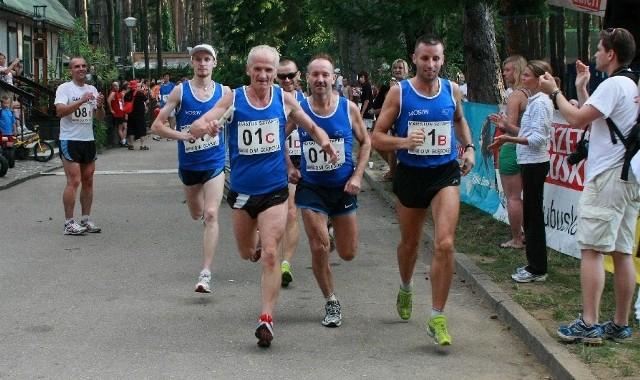 W zwycięskiej ekipie biegli (od lewej) Marcin Zagórny, Zbigniew Szwedek, Marek Szopa, Włodzimierz Paroń i Piotr Sobczyński. Linię mety przekroczyli z czasem 2.22,46.