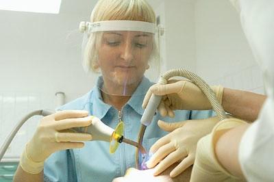 - Jeśli ząb jest w dużej części zniszczony przez próchnicę czy złamanie, można go uratować, wykonując koronę protetyczną - mówi Agnieszka Pęksa, specjalizująca się w stomatologii estetycznej.
