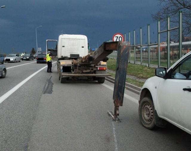 Policjanci wyjaśniają okoliczności wtorkowego zdarzenia na drodze krajowej nr 94 w Muninie pod Jarosławiem. Ze wstępnych ustaleń wynika, że kierujący ciężarową scanią wraz z naczepą typu beczka asenizacyjna, jadąc w kierunku Przemyśla, uderzył w wiadukt kolejowy. W wyniku uderzenia podniesionym zbiornikiem uszkodzeniu uległa konstrukcja wiaduktu.Na odcinku DK nr 94 ruch odbywał się wahadłowo. Natomiast ruch dla pociągów został wstrzymany.Policjanci wykonali oględziny miejsca zdarzenia i sporządzili dokumentację. Z ustaleń wynika, że 44-letni mieszkaniec powiatu brzozowskiego był trzeźwy.