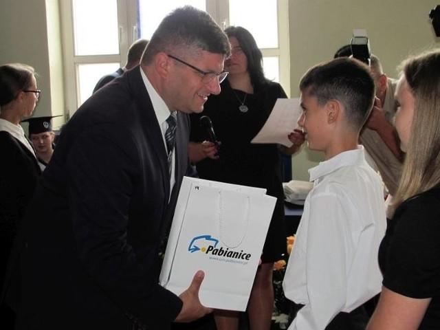 Dwa lata temu miejskie zakończenie roku szkolnego odbyło się w Szkole Podstawowej numer 1 w Pabianicach