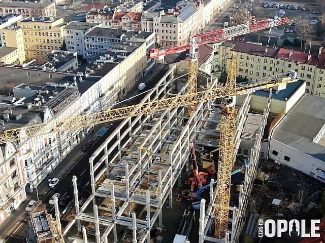 Centrum przesiadkowe Opole Główne. Rośnie budynek nowego parkingu w centrum miasta