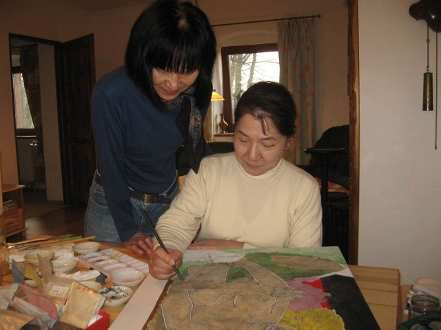 Mikiko maluje swoje obrazy specjalną, starojapońską techniką. Jej pracy przygląda się Mitsuki.
