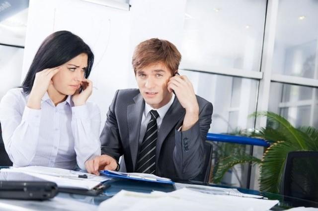 """1. Mylisz sięOtwarta krytyka przełożonego to prosta droga, by wkluczyć się z zaufanego kręgu osób, z którymi szef się konsultuje i którymi się otacza. Bliscy współpracownicy wprawdzie mogą mieć odmienne zdanie od tego, które ma szef.Potrafią jednak komunikować je inaczej, mówiąc np. """"ciekawa propozycja, ale jest jeszcze inna możliwość"""". """"Mylisz się"""" to przekaz negatywny a takich należy unikać."""