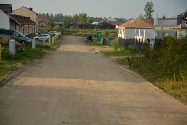 Na ulicach sępoleńskiego osiedla rozbudowującego się w stronę Kawli po zmroku jest kompletnie ciemno. Tak jest na przykład na ulicy Bratkowej (na zdjęciu)