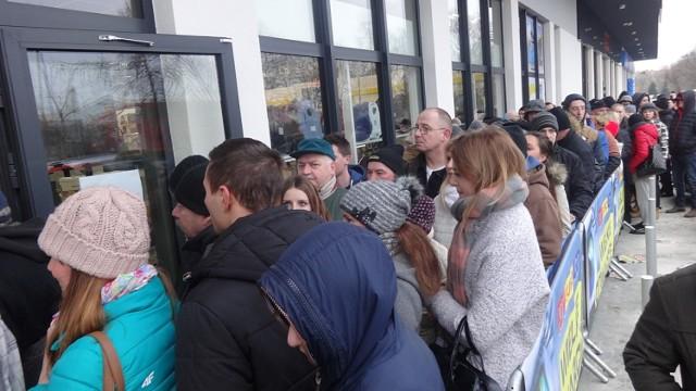 Setki śremian zjawiły się we wtorek rano przy nowo wybudowanym pasażu handlowym przy ulicy Grunwaldzkiej w Śremie. Na wielkie otwarcie sklepy przygotowały dla pierwszych klientów specjalne promocje.