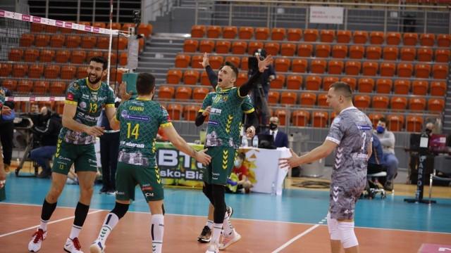 Aluron CMC Warta Zawiercie wygrywa 3:0 z BBTS Bielsko-Biała i awansuje do półfinału Tauron Pucharu Polski.