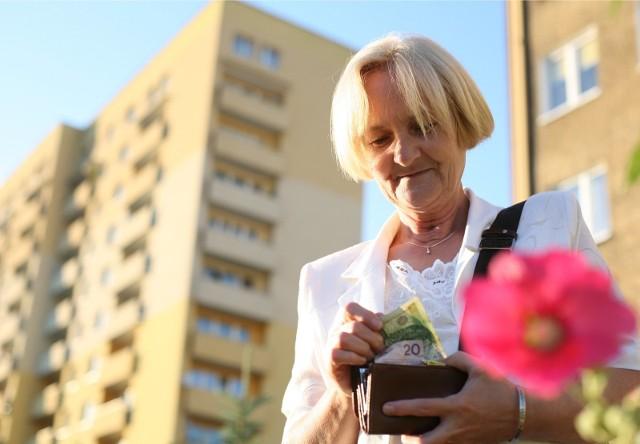 """14. emerytura 2021. Kiedy zostanie wypłacona?14. emerytura, zwana także """"czternastką"""", to dodatkowe świadczenie dla emerytów. Zostanie ono wypłacone jednorazowo. Jak zapowiada ZUS, 14. emerytura ma zostać wypłacona dla około 9,1 mln emerytów i rencistów, natomiast to świadczenie w pełnej wysokości (czyli 1022 zł netto) otrzyma około 7,9 mln uprawnionych osób."""