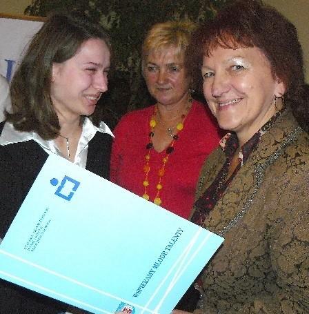 Karinie Maślak stypendium wręczyła przewodnicząca rady powiatu Zofia Plewa