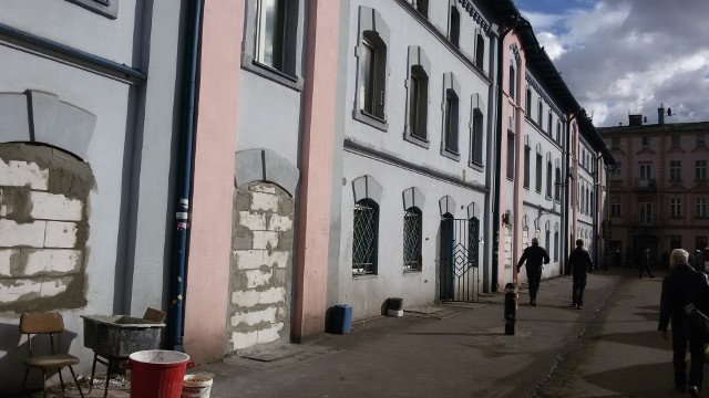 """Tych miejsc już nie ma w Sosnowcu. Pamiętacie?Słynna """"niebieska kamienica"""" przy ulicy Szklarnianej w Sosnowcu. Wyburzono ją pod koniec 2017 roku. Miał tu szybko stanąć klimatyczny kompleks biurowy, którego fasada miała przypominać wyburzona kamienicę. Dotąd nie wybudowano tam nic. Zobacz kolejne plansze. Przesuwaj zdjęcia w prawo - naciśnij strzałkę lub przycisk NASTĘPNE"""