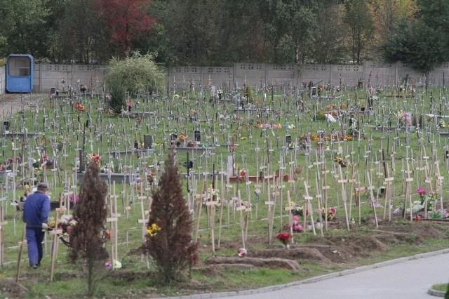 Bezdomni i samotni są chowani w wyznaczonej części cmentarza Wszystkich Świętych przy ulicy Zakładowej.