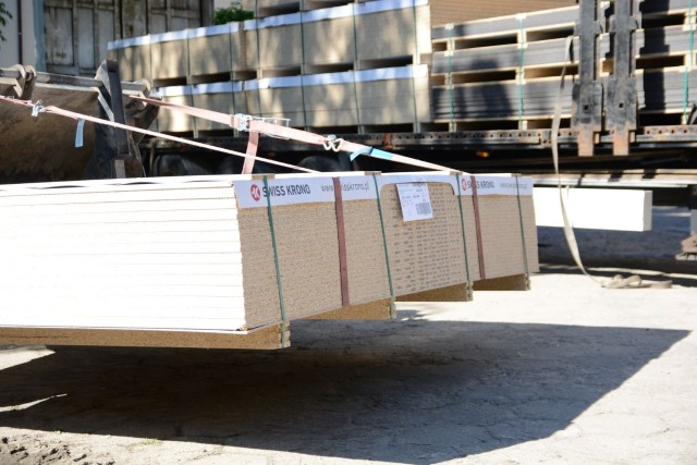 Spółka Swiss Krono przekazała szpitalowi płyty SWISSCDF przeznaczone na wykonanie ścianek działowych oraz płyty wiórowe laminowane, z których wykonywane są meble.