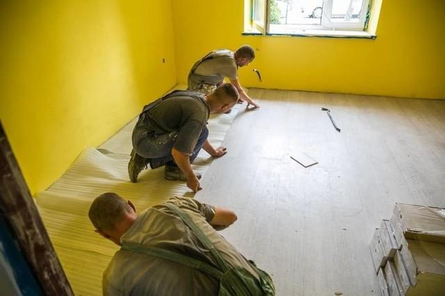 Przy wyborze firmy remontowej lub wykończeniowej warto pamiętać, że dobry fachowiec będzie chciał przyjechać na miejsce prac i samodzielnie ocenić panujące tam warunki